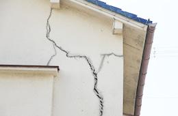 壁を触ったら白い粉がついた。ヒビがある。のイメージ